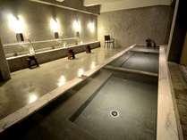 2F浴場(浴槽数3)100%源泉かけ流し。奥から「あつ湯」「いい湯」「ぬる湯」※冬季は閉窓。