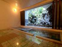 1F浴場(浴槽数2)100%源泉かけ流し。左から「あつ湯」「いい湯」※冬季は閉窓。
