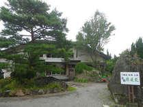 *【外観】鬼怒川温泉街の一角に佇む、豊かな自然に囲まれた宿です。