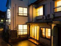 当館外観。柴山駅から徒歩3分、海まで徒歩2分です。