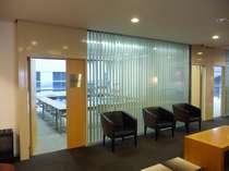 ★会議室★2階、エレベーターを降りてすぐ、左手にございます。