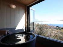客室の半露天風呂(信楽)/各客室にはそれぞれ専用の半露天風呂が付いております。