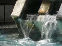 男子大浴場、源泉のお湯割り。高温源泉を低温泉で割っています。