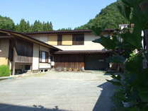 本館吾妻荘に隣接する 別館、吾妻園外観。全5室、かけ流し温泉の内湯付き。