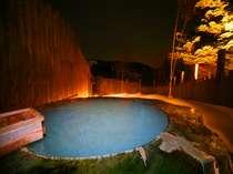 夜のライトアップされた丸太の露天風呂 満天の星空をご覧ください