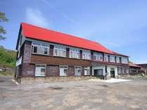 【外観】赤い屋根がシンボルの山小屋風の建物です。