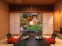 【個室会食場】料亭やまびこは、和室タイプの個室会食場。日本庭園を眺めながらのお食事をどうぞ。