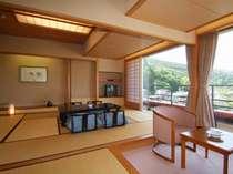 【和室10+6畳】窓に面し、ゆったりレイアウトされた10畳和室と6畳次の間。グループや大家族でのご利用に♪