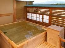 【4F露天風呂付客室:四角】四角形の蔵王遠望ヒノキ樽風呂呂。100%源泉掛け流しです(お部屋おまかせ)
