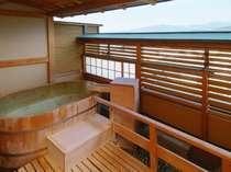 【4F露天風呂付客室:楕円】楕円形の蔵王遠望ヒノキ樽風呂。100%源泉掛け流しです(お部屋おまかせ)
