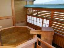 【4F露天風呂付客室:六角】六角形の蔵王遠望ヒノキ樽風呂。100%源泉掛け流しです(お部屋おまかせ)