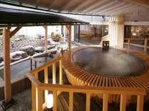 【1階露天風呂】大浴場の情緒を活かした大きな露天風呂。山間の澄んだ空気が程よく体を癒します。