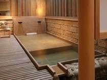 【茶寮露天風呂付客室:吾妻】寝湯付の変形露天風呂。100%源泉掛け流しです(お部屋おまかせ)