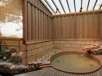 【茶寮露天風呂付客室:朝日】楕円形の変形露天風呂。100%源泉掛け流しです(お部屋おまかせ)