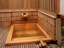 【茶寮露天風呂付客室:飯豊】四角形のヒノキ樽風呂。100%源泉掛け流しです(お部屋おまかせ)