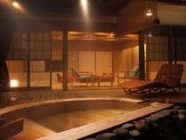 【茶寮プレミアム:摩耶】半月形の檜風呂特徴の摩耶。ワンランク上の露天風呂付き客室。