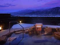 【8階露天風呂(男女入替制)】夕刻の展望露天風呂。四季折々の表情を魅せる名峰・蔵王を遥かに望む。