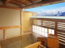 【4F露天風呂付客室:四角】四角形の蔵王遠望ヒノキ樽風呂呂。100%源泉掛け流しです。