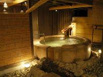 【茶寮露天風呂付客室プレミアム:御所】円形の石風呂。