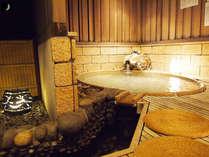 【茶寮露天風呂付客室:朝日】楕円形の変形露天風呂