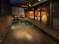 【茶寮露天風呂付客室:吾妻】寝湯が付いている一風変わったタイプの露天風呂が吾妻です。