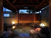 【茶寮露天風呂付客室プレミアム:湯殿】一枚岩を掘った丸型岩風呂。