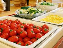 【朝食ブュッフェ】契約農家で採れた朝採れ野菜が産地直送で朝食に並びます。