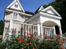 6月半ばから11月、庭のバラを楽しめる♪駐車場から階段を上がると赤い一重のバラ、カクテルが出迎える。