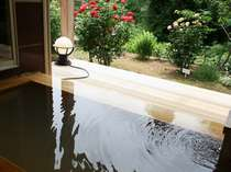 お部屋のお風呂でバラの花を眺めながら掛け流しのはやま温泉を満喫~温泉露天付きツインルーム