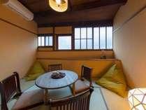 当時の窓を再利用された趣を感じる和室。力強い梁と柔和な色彩の壁に包まれ、ゆったりとお寛ぎ頂けます。