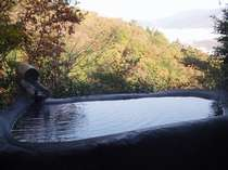 石風呂からの紅葉の眺め。箱根の紅葉は柔らかい色です。