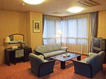 *【特別室:和洋室】窓から湖が一面に広がります。贅沢な憩いのひとときを。