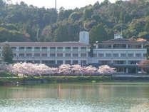【外観】春には湖畔の桜が満開になります!