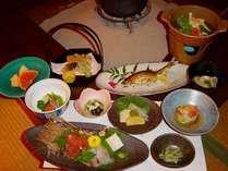 山吹会席(季節によりお料理の内容は変わります。お食事所は囲炉裏の間でないこともあります)
