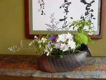 別館玄関の書と生花