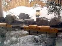 冬の雪見露天風呂は風情がございます
