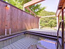 *楓の荘(客室露天)/湯に浸かりながら四季の移ろいと川音をお愉しみ下さい。