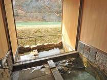 *松の荘/内風呂と露天風呂をお楽しみいただけます。壁はキソヒノキ製です。