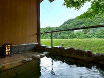【松の荘-MATSU-】<露天風呂> 湯浴みは清流のせせらぎを聴きながら、手足を広げゆったりと。
