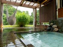 【紅の荘-MOMIJI-】<露天風呂> 湯の贅を独占するもよし、ハンモックに揺られてみるもよし♪