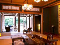 【楓の荘-KAEDE-】<和室> 移りゆく季節をふたり並んでゆっくり眺める・・・そんな時もいいかもしれない