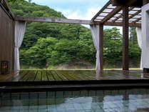 【楓の荘-KAEDE-】<露天風呂> 昼は青空が、夜は満天の星空が降り注ぎます