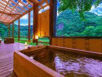 山河をそよぐ涼風が心地良い、贅沢な湯情のひとと時を…。館内は、全てが摂氏54℃を誇る源泉かけ流し。