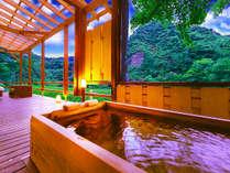 山河をそよぐ涼風が心地良い、贅沢な湯情のひとと時を…。館内は、全てが<摂氏54℃>を誇る源泉かけ流し。