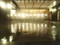 【女性大浴場】湖から湧き出る片山津温泉の泉質は食塩泉。数ある温泉の中でも保湿効果が高くすべすべに。