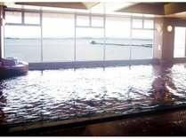 【大浴場】浴場の素材は大理石で作られており、大浴場・露天風呂ともに名湖柴山潟が広がる眺望は抜群です。
