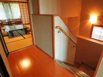 メゾネットの階段部分(1階は露天風呂とツインルーム)
