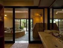 露天風呂付き客室 メゾネットタイプのバスルーム
