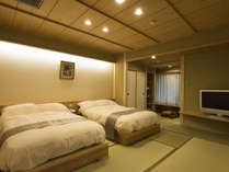 2018年8月にリニューアルオープンした【特別室萩】。温泉風呂とベッドを備えた和洋室です。