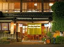 【茶六本館の外観】享保年間創業の伝統と趣あふれる旅館です。